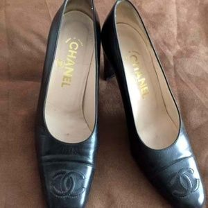 CHANEL BLACK LEATHER PUMPS